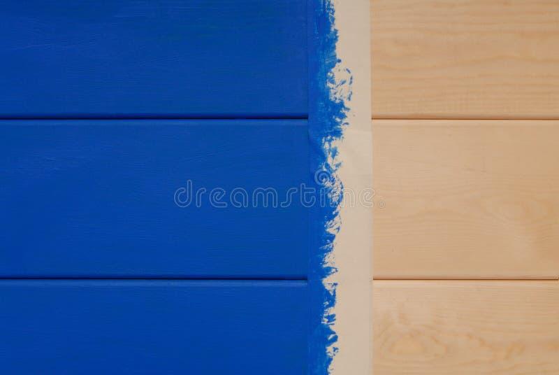 Доски сосны покрашенные в голубом цвете и липкой ленте стоковая фотография rf