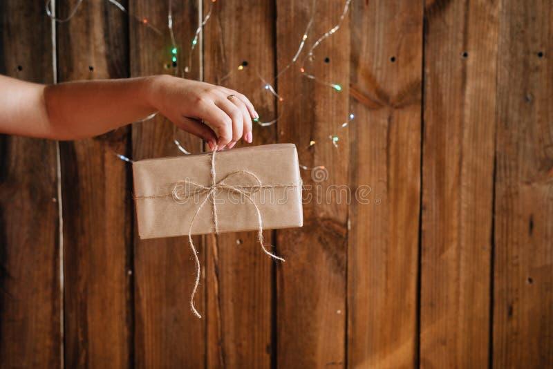 Доставка красиво упакованных подарков к везде в мире стоковая фотография