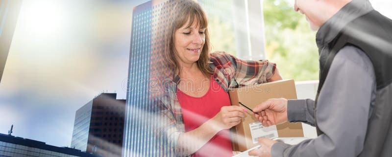 Доставка пакета работником доставляющим покупки на дом; множественная выдержка стоковое изображение rf