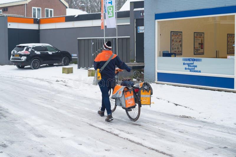 Доставка почты в снеге стоковая фотография