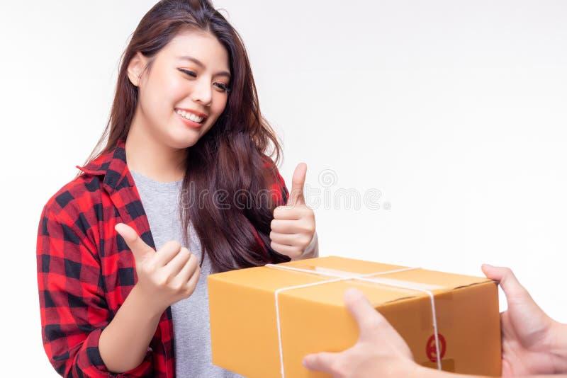 Доставка товаров отправляет пакет в красивую женщину очень быстро Оно отправляет от зарубежной страны Привлекательная красивая де стоковое изображение rf