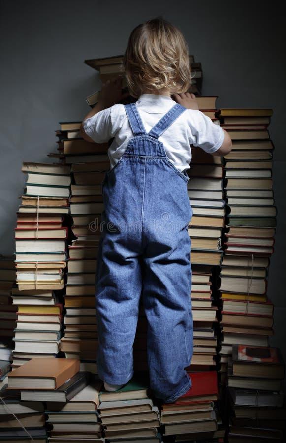 Достигаемость детей для книги стоковое фото