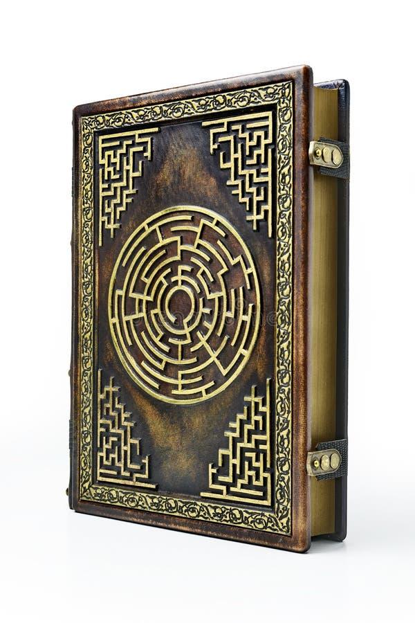 Достигшая возраста коричневая кожаная обложка книги с лабиринтом на обложке стоковое фото rf