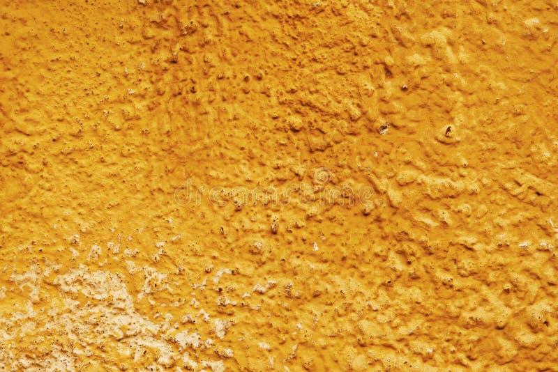 Достигшая возраста коричневая стена на солнечный день стоковые фотографии rf