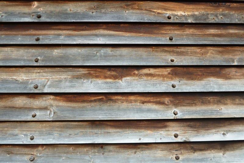 Достигшие возраста, который перекрыли деревянные доски с черными ногтями стоковое фото rf