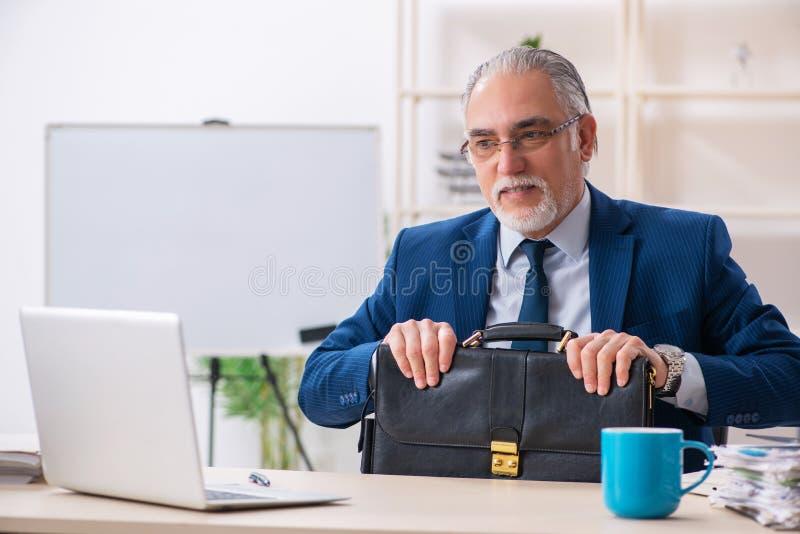 Достигший возраста мужской работник работая в офисе стоковые изображения rf