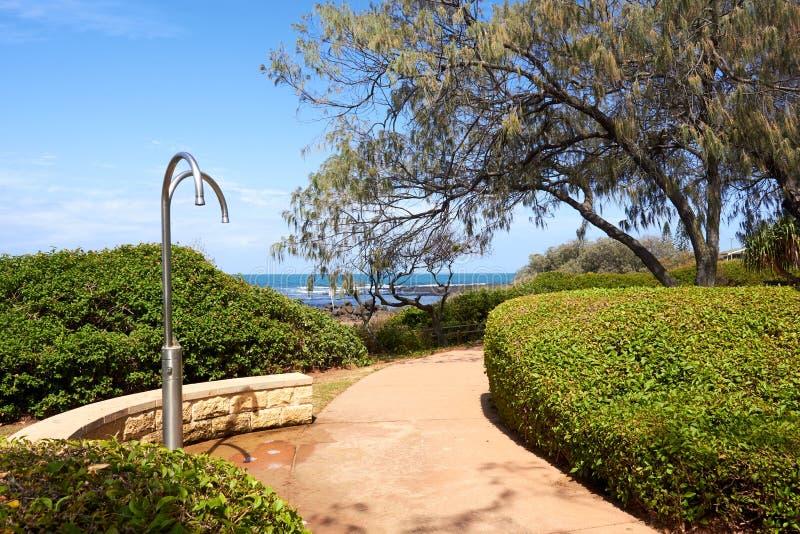 Доступ пляжа тропой с общественными ливнями и садами стоковое изображение rf