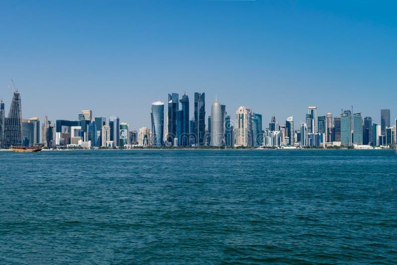 Доха, Катар - 14-ое декабря 2018: Горизонты в центре города, современном арабском городе стоковые фотографии rf