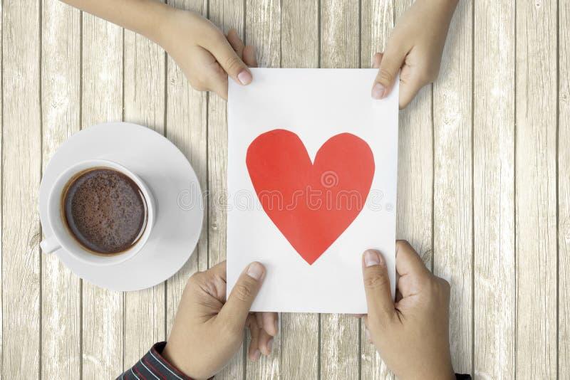 Дочь давая поздравительную открытку к отцу стоковое изображение rf
