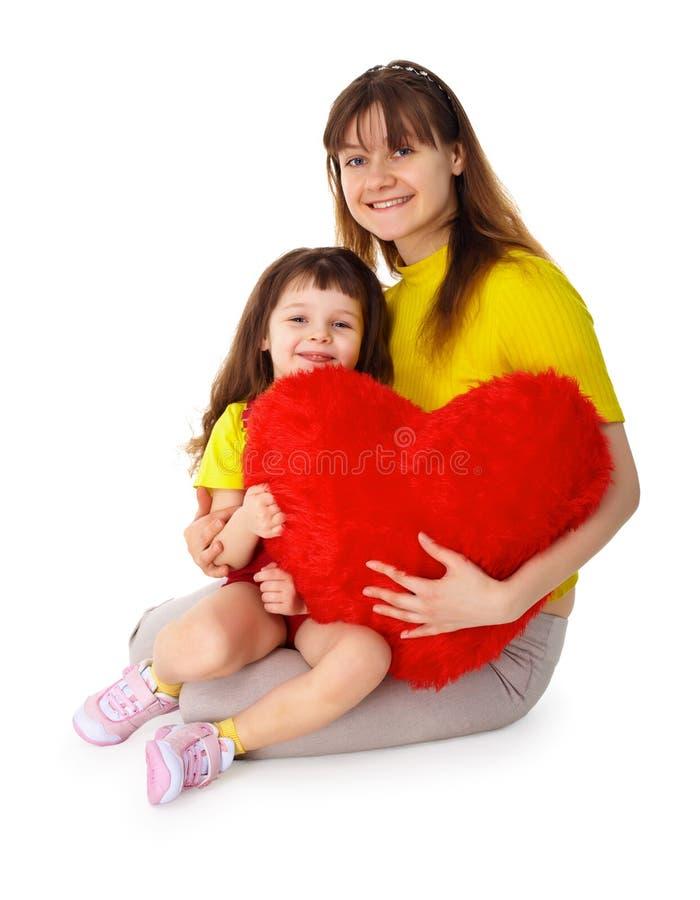 дочь вручает игрушку мамы сердца стоковое фото rf