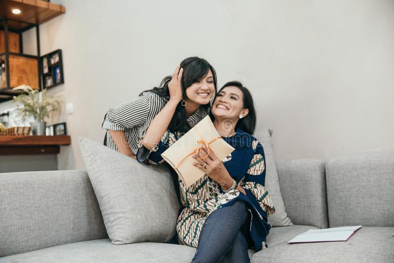Дочь дает удивленный ее матери стоковые фото