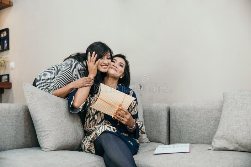Дочь дает удивленный ее матери стоковая фотография