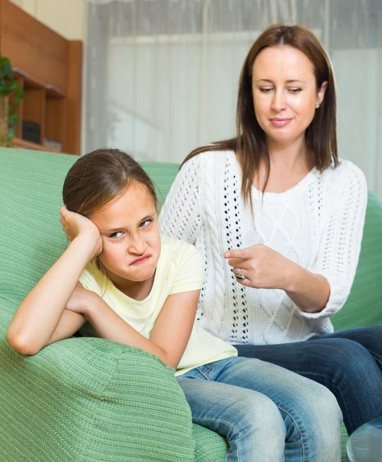 Дочь женщины ругая плача стоковые фото