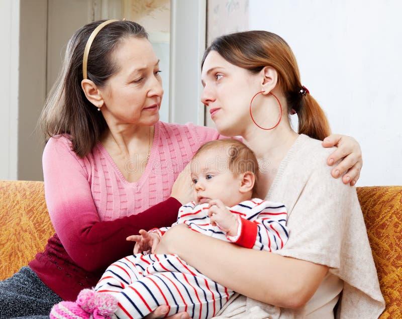 Дочь зрелых комфортов матери плача взрослая стоковое изображение rf