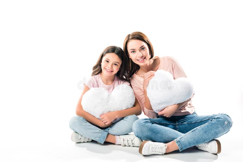 Дочь и мать с подушками сердца форменными стоковое изображение rf