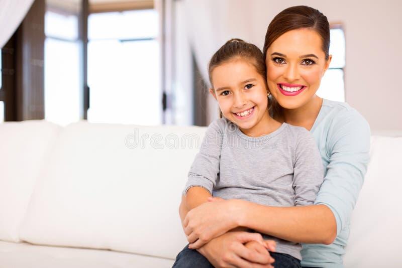 Дочь кресла женщины сидя стоковое изображение