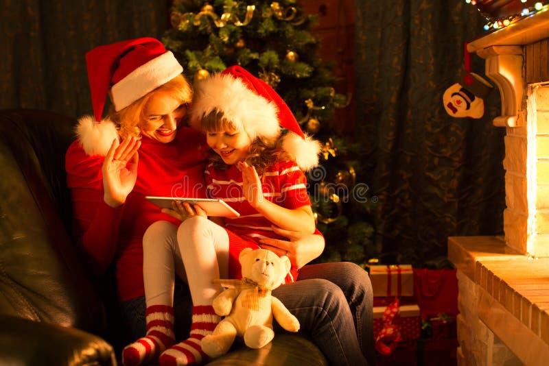 Дочь матери и ребенка используя ПК таблетки к стоковое фото