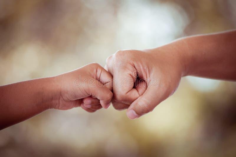 Дочь матери и ребенк bumping кулака стоковые фотографии rf