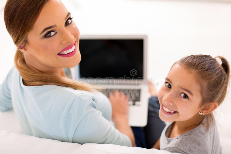 Дочь матери смотря назад стоковые изображения rf