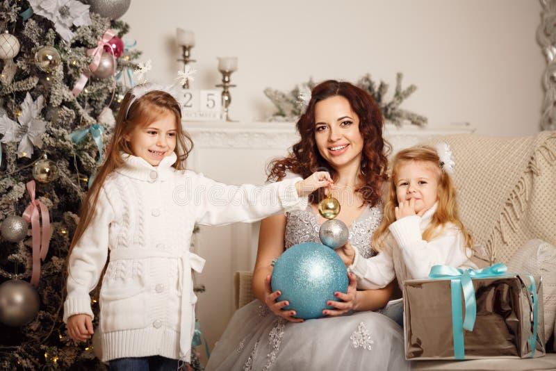 Download Дочь, мать и украшения рождества Стоковое Фото - изображение насчитывающей семья, родитель: 81812394