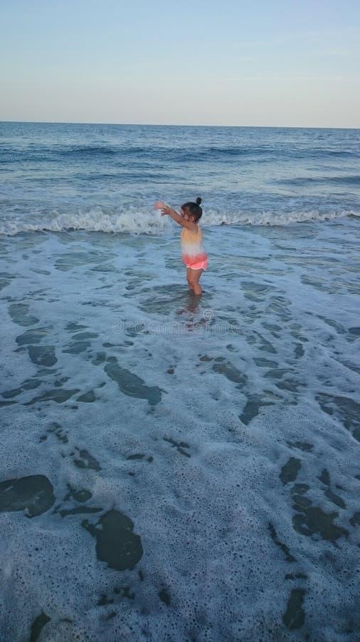 Дочь на пляже стоковые изображения rf