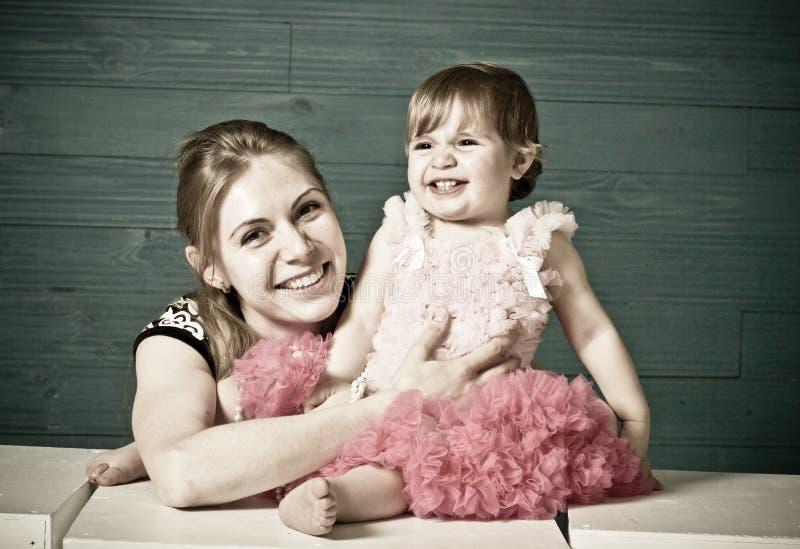 дочь обнимает мумию малую стоковые фото
