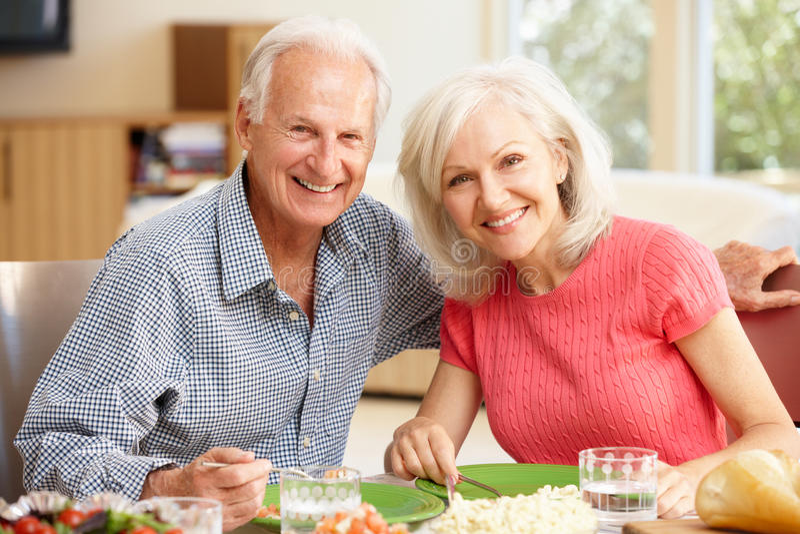 Дочь отца и взрослого деля еду стоковая фотография