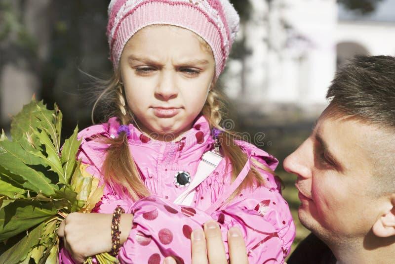 Дочь папы утихомиривает стоковое фото