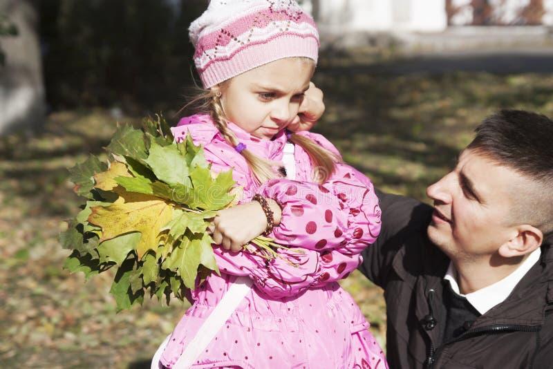 Дочь папы утихомиривает стоковая фотография rf