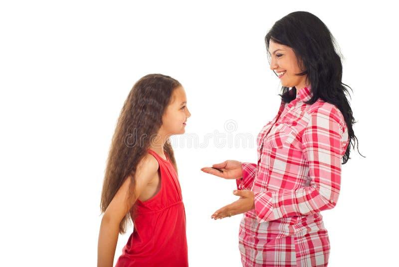 дочь переговора имея мать стоковые изображения