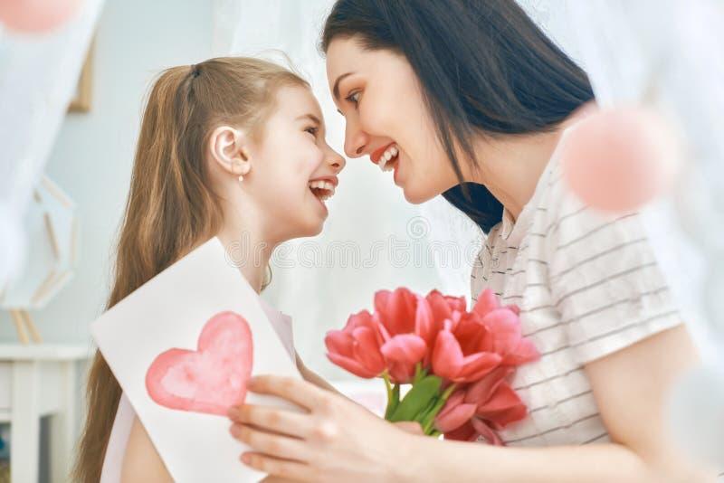 Дочь поздравляет маму стоковые фотографии rf