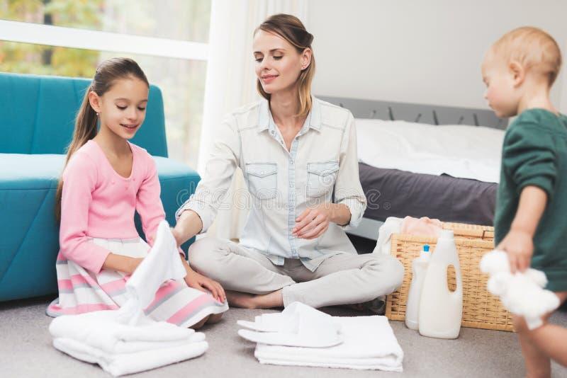 Дочь помогает матери с рутинными работами по дому стоковое фото rf