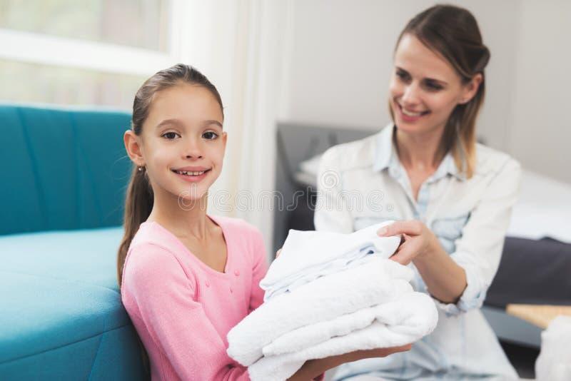 Дочь помогает матери с рутинными работами по дому стоковые фотографии rf