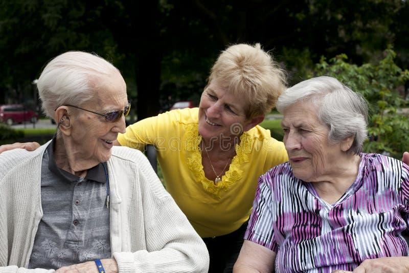 Дочь с старшими родителями снаружи стоковая фотография rf