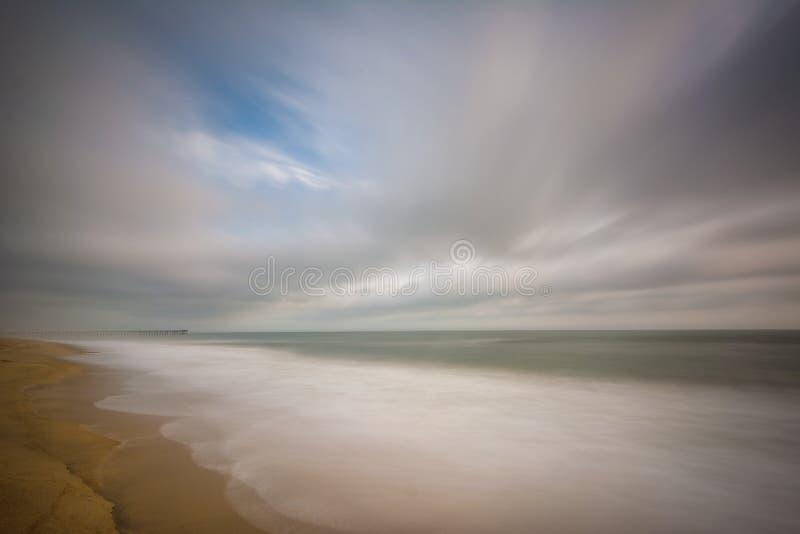 Download Долгая выдержка Атлантического океана в Virginia Beach, Вирджинии Стоковое Фото - изображение насчитывающей зодчества, атласа: 81800300
