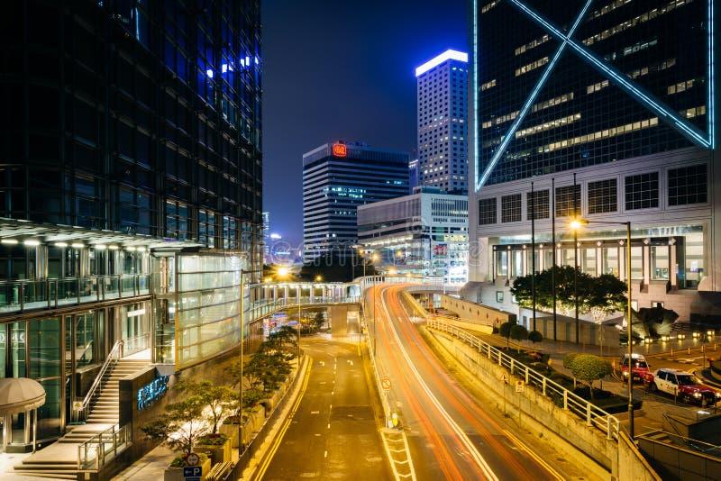 Долгая выдержка движения на дороге сада, и современные небоскребы стоковое изображение