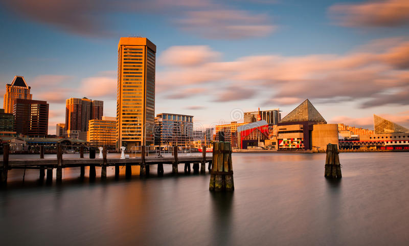 Долгая выдержка горизонта внутренней гавани Балтимора, Мэриленд вечера. стоковое изображение rf