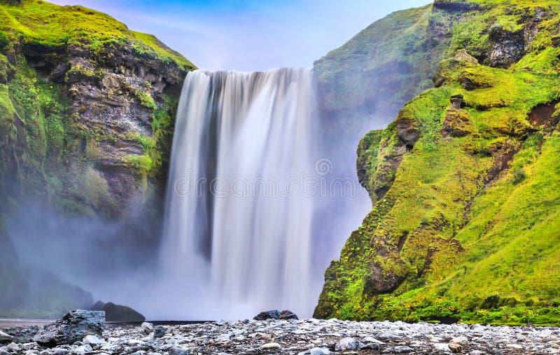 Долгая выдержка известного водопада Skogafoss в Исландии на сумраке стоковое фото rf