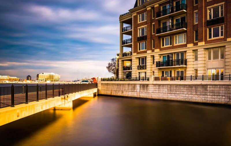 Долгая выдержка кондоминиумов моста и портового района в внутренней стоковое фото