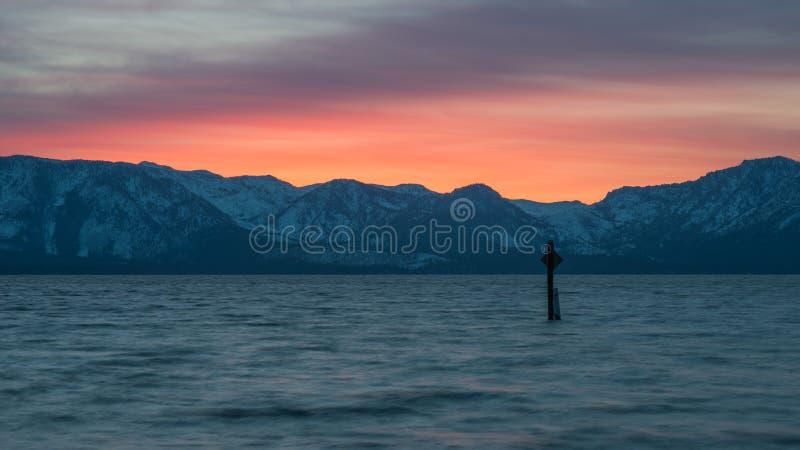 Долгая выдержка красивого захода солнца Лаке Таюое и горных пиков Snowy принятых от пляжа Невады, южного Лаке Таюое стоковое фото