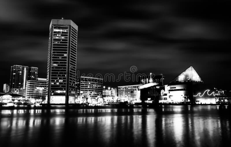 Долгая выдержка красочного горизонта Балтимора на ноче, Maryla стоковые фото