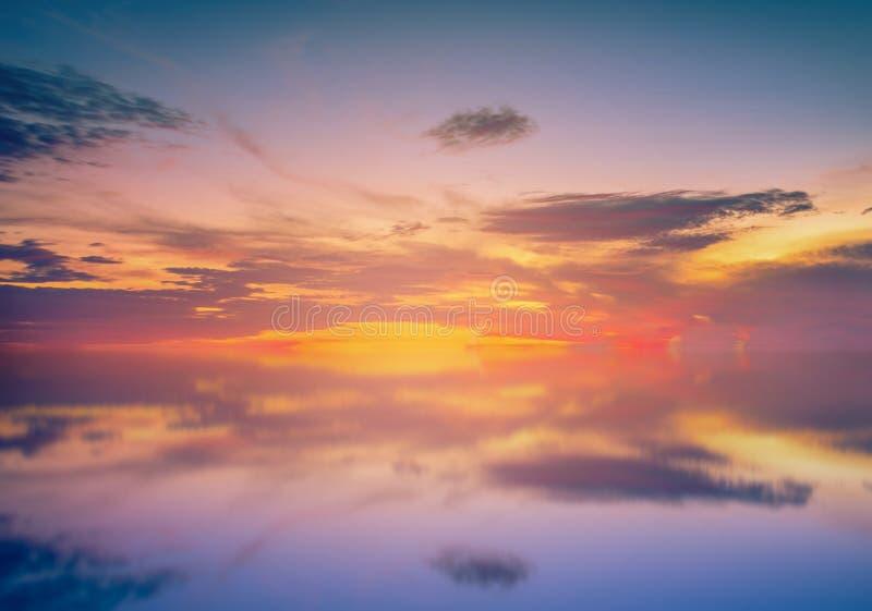 Долгая выдержка красочного неба и отражения захода солнца на море стоковая фотография rf