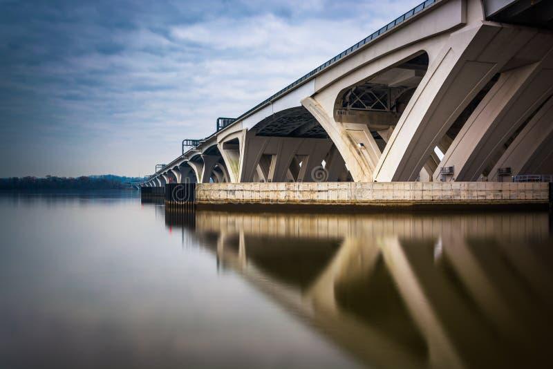 Долгая выдержка моста Вудро Вильсона, в Александрии, Virgi стоковые фото