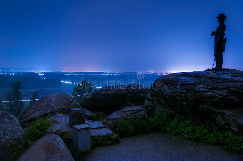Долгая выдержка на туманной ноче на маленькой круглой вершине, в Gettysbur стоковые изображения rf