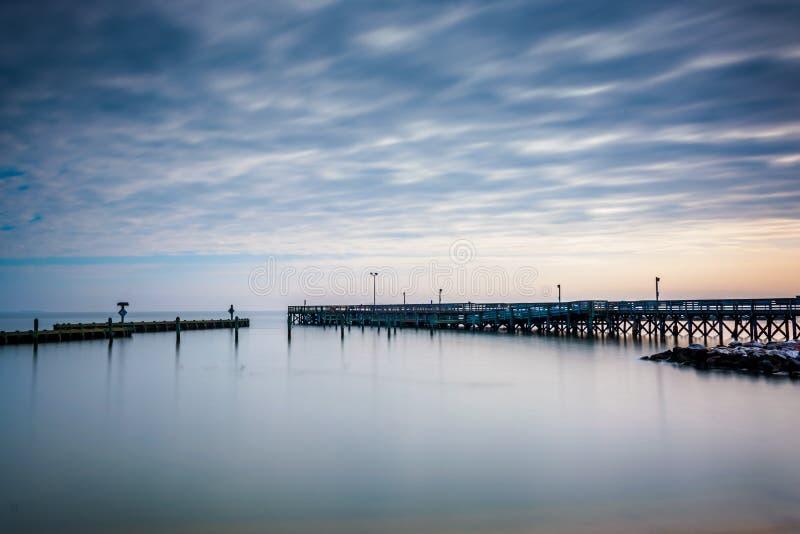 Долгая выдержка пристани в чесапикском заливе, в северном пляже, m стоковые фотографии rf