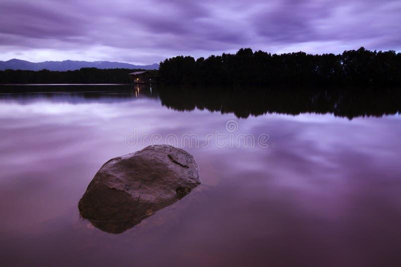 Долгая выдержка сняла озера на хмурой погоде стоковые изображения rf