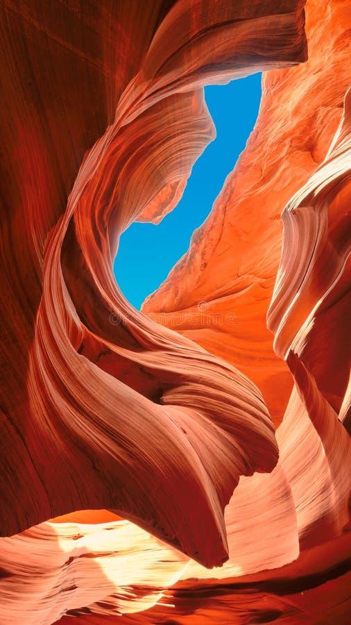 До голубого неба, более низкий каньон антилопы, Аризона стоковые фото