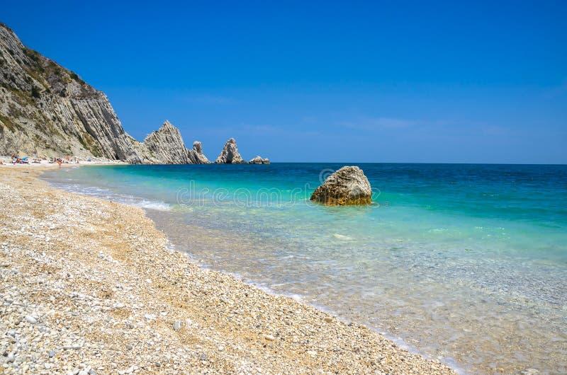 Должное adria riviera del Conero Numana Марша Анконы пляжа Sorelle стоковое изображение rf