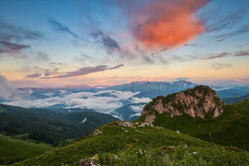 Долина горы покрытая с облаками на заходе солнца стоковая фотография rf