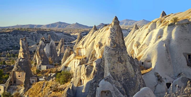 Долина и утесы драматически осветили восходом солнца в Cappadocia стоковые фотографии rf